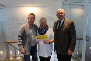 Gewinnübergabe an Familie Pietrzak durch Herrn Klaus Bernhardt